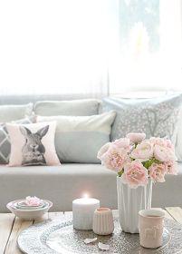 decora la mesa del salon con flores y velas