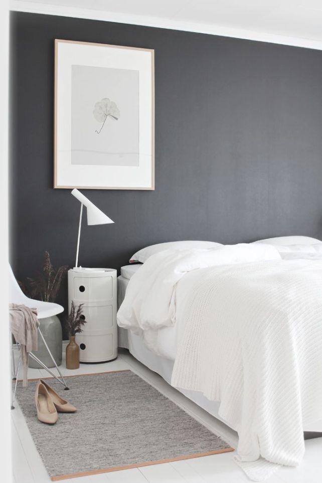 los muebles claros te permiten pintar las paredes oscuras