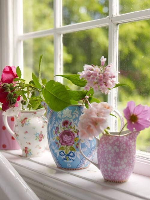 flores en casa cuando llega la primavera, ponlas en tazas de colores