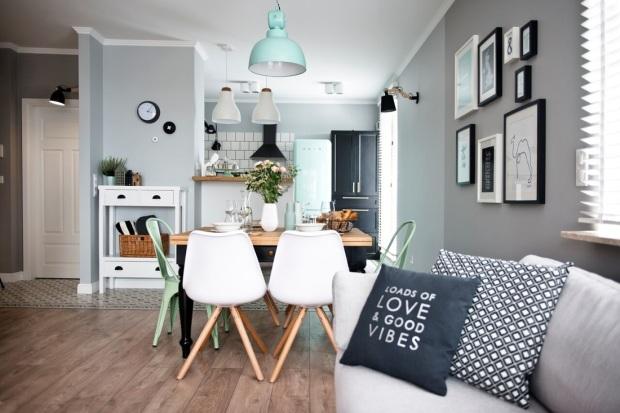 si tus muebles son actuales puedes pintar las paredes con colores claros u osuros