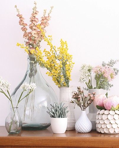 en primavera puedes poner flores en jarrones de cristal transparente y de colores, acertarás seguro.