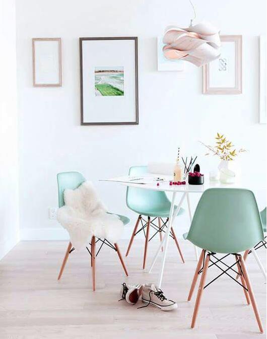 La pared blanca y las sillas de Greenery aportan a la escancia calidez