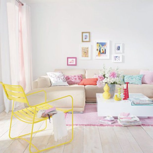pinta las paredes en tonos neutros y usa elementos decorativos de colores