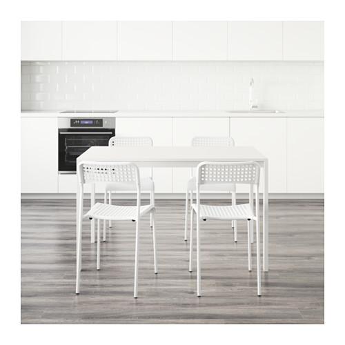 mesa con cuatro sillas para piso de estudiantes