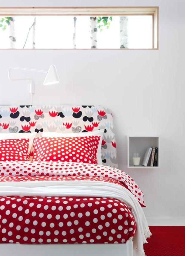 decora la habitación de un piso de estudiantes con edredones y cojines alegres