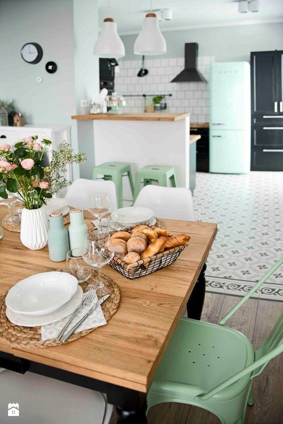 saca las fotos de la cocina con la mesa puesta