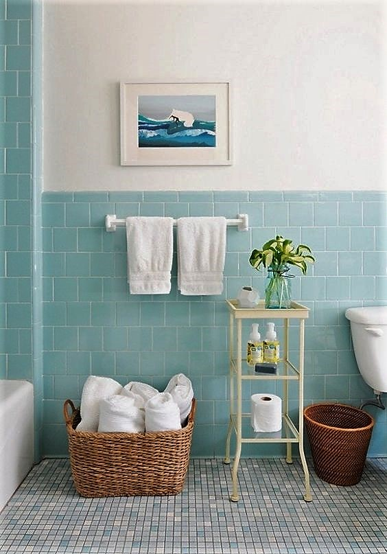 dobla y ordena las toallas del baño para hacer las fotos del apartamento de alquiler